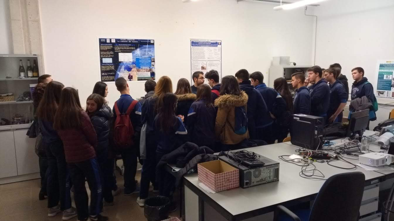 Highschool students visiting HYMNS lab at IFIC.